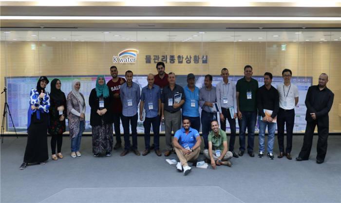 지난해 요르단 수자원 개발 및 관리 국제교육에 요르단 물 부처 공무원이 수자원공사 본사 물관리종합상황실을 방문한 모습. [자료:한국수자원공사]