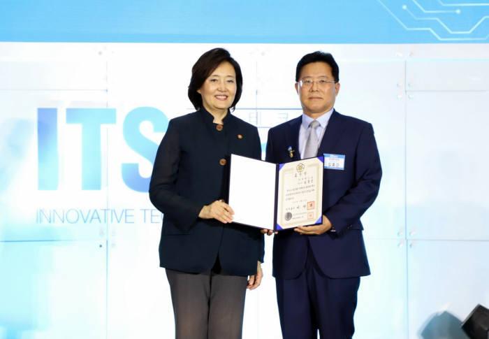 김홍근 비젠트로 대표(오른쪽)과 박영선 중소벤처기업부 장관.
