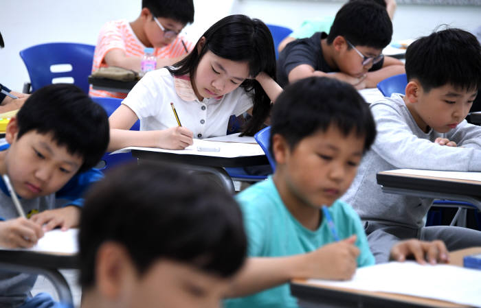 5월 서울교대에서 열린 제5회 소프트웨어사고력 올림피아드 대회에 응시한 초등학생들이 문제를 풀고 있다. 전자신문DB