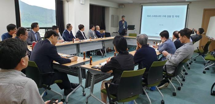스마트+인테리어포럼이 서울 SH공사 본사에서 간담회를 열었다. 참가자들이 의견을 나누고 있다.