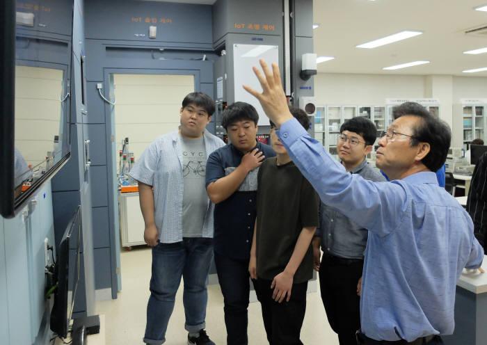박현준 한국폴리텍대학 달성캠퍼스 스마트전자학과장(오른쪽 첫번째)이 교육생들에게 홈IoT시스템에 대해 설명했다.