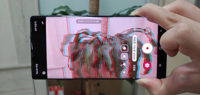 라이브 포커스 동영상은 블러, 빅 서클, 컬러 포인트, 글리치 모드를 적용할 수 있다. 사진은 글리치 모드를 적용한 모습