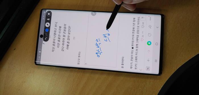 화면 녹화 도중 S펜으로 동영상에 메모를 기입하고 있다.