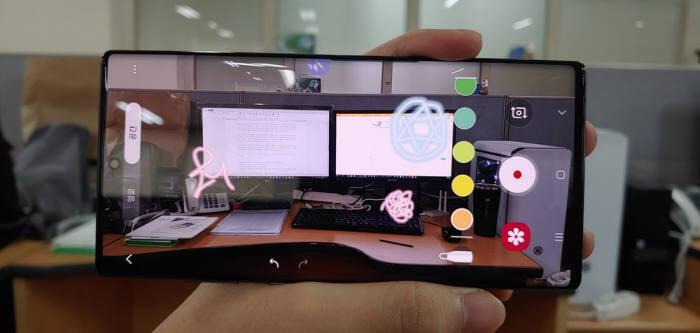 AR 두들로 그린 S펜의 낙서는 가상공간 안에서 나만의 표식으로 바라볼 수 있다. 이 장면은 녹화 버튼을 눌러 동영상으로 녹화할 수도 있다.