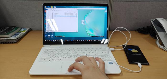 덱스 환경에서 PC에 저장된 아래아 한글 파일을 단순히 잡아끄는 동작으로 노트10으로 복사하고 있다.