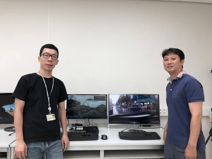 DGIST 미래자동차연구부와 한국알파시스템이 협력연구를 통해 딥러닝 기반 영상감시시스템을 개잘하고 있다. 사진은 객체 검출 및 추적 기술을 개발한 임영철 책임연구원(오른쪽)과 강민석 연구원
