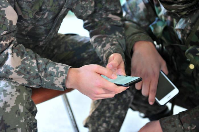 국방부가 내년 전 군을 대상으로 휴대전화 카메라 보안 통제를 위한 애플리케이션(앱)을 배포한다.