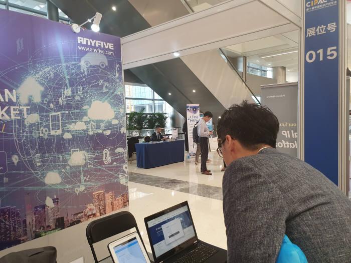 장원준 애니파이브 신사업팀 이사가 CIPAC 2019에 출품한 IP브레인 중국어 버전을 시연하고 있다.