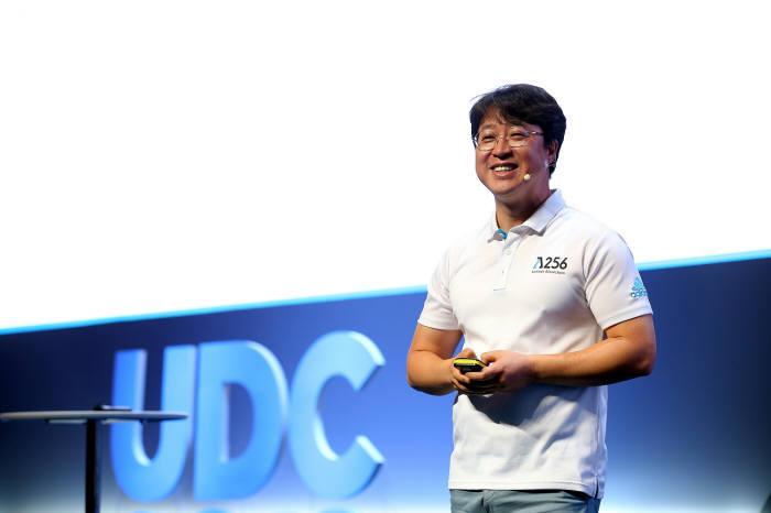 박재현 람다256 연구소장이 지난해 제주도에서 열린 업비트 개발자 콘퍼런스(UDC) 2018에서 블록체인 플랫폼 루니버스를 소개했다.