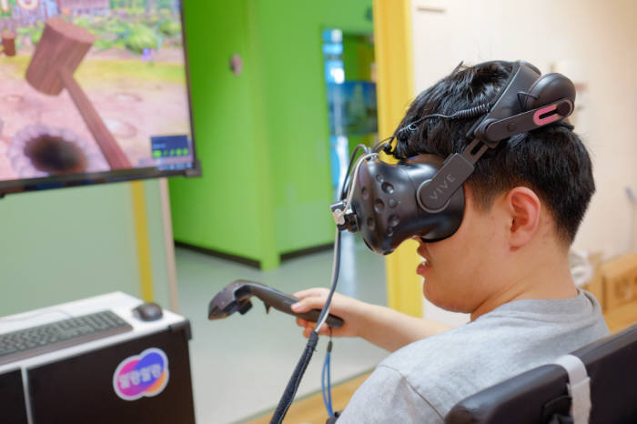 연세대 재활학교 학생이 한컴지엠디 VR 인지훈련 콘텐츠를 체험하고 있다.