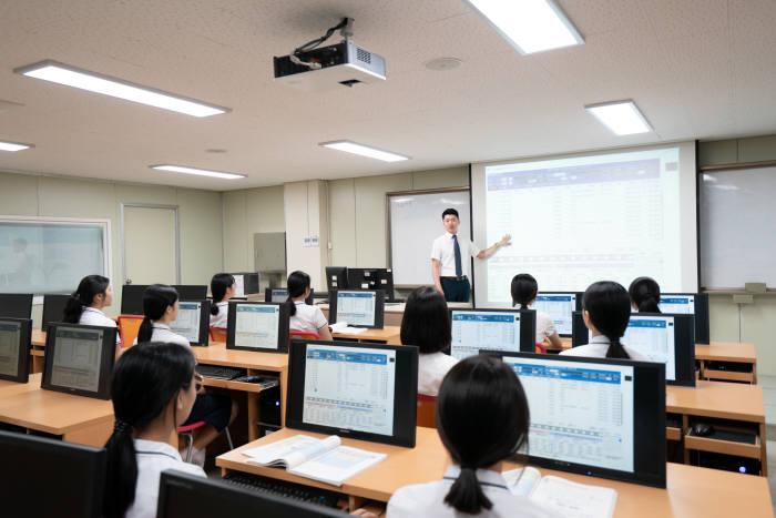 대전여자상업고등학교 학생들의 수업 장면.
