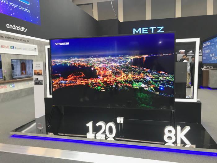 스카이워스가 IFA 2019에 전시한 120인치 8K TV. 액정표시장치(LCD) 패널을 사용했다. 스카이워스는 OLED를 적용한 88인치 8K TV도 선보였다.