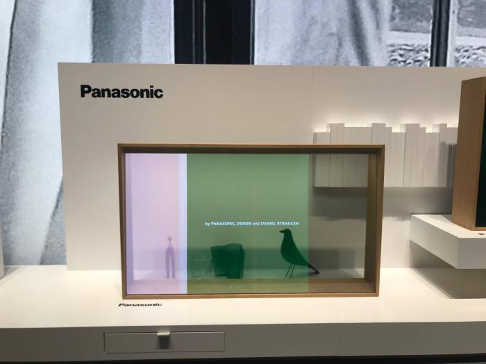 파나소닉이 IFA 2019에서 선보인 투명 OLED 적용 TV. 디스플레이가 표출되는 중간에도 제품 뒷편으로 장식품이 그대로 투과돼 보인다.
