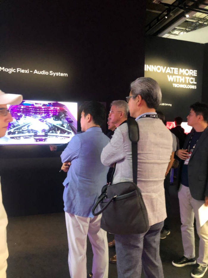 권봉석 LG전자 HE,MC사업본부장 사장이 유럽 최대 가전 전시회 IFA2019 개막날, 전시 부스를 둘러보고 있다. <사진: 전자신문 DB>
