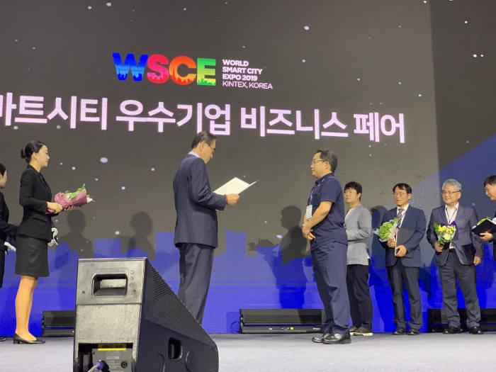 마크애니 콘텐츠솔루션사업부 조명돌이사가 과학기술정보통신부 장관상을 수상하고 있다.