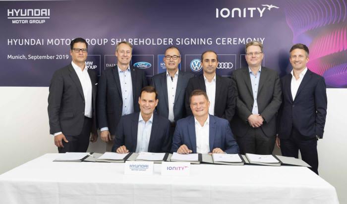6일(현지시각) 독일 뮌헨 아이오니티 본사에서 현대·기아차와 아이오니티 관계자들이 참석한 가운데 투자와 전략적 사업 협력에 대한 계약을 체결했다.