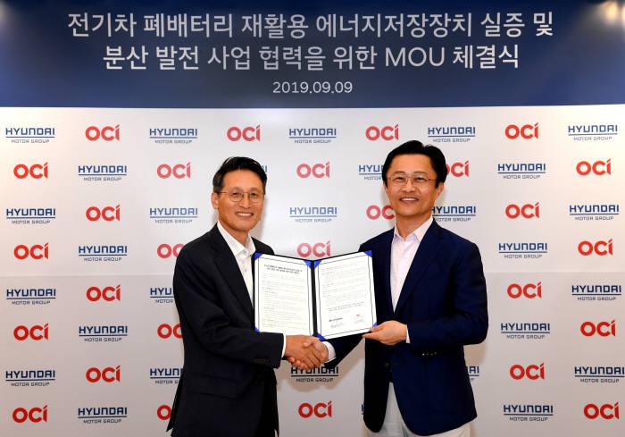 지영조 현대차그룹 전략기술본부장 사장(오른쪽)과 김택중 OCI 대표이사 사장이 양해각서 체결식 후 기념사진을 찍고 있다.