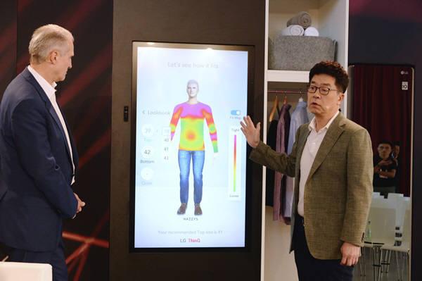 LG전자 CTO 박일평 사장(사진 오른쪽)이 5일(현지시간) 독일 베를린 IFA 2019에서 열린 LG 미래기술 좌담회에서 3D 카메라로 신체를 계측해 생성한 아바타에 옷을 입혀볼 수 있는 씽큐 핏(ThinQ Fit)을 소개하고 있다.