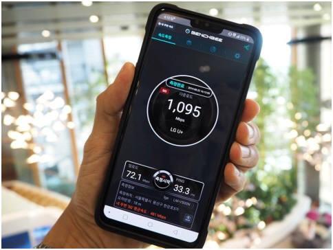 마쓰모토 편집장은 LG유플러스 본사에서 1Gbps가 넘는 속도(벤치비로 측정)를 눈으로 확인하고 놀라움을 금치 못했다.
