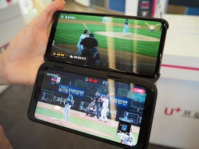 마츠모토 편집장은 LG유플러스 직영 매장을 소개하며, 아이돌 가상현실(VR) 콘텐츠, 야구와 골프를 다각도에서 볼 수 있는 중계 서비스, 게임 등 5G를 위한 독자 컨텐츠로 새로운 즐거움을 어필하고 있었다고 말했다. 사진은 LG전자의 듀얼 스크린 스마트폰. 두개의 화면에서 동영상을 봐도 고속 대용량의 5G에서는 쾌적하게 즐길 수 있다.