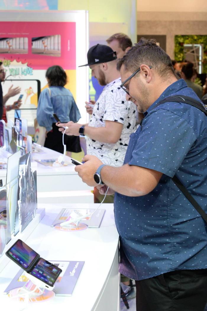 LG V50S 씽큐와 듀얼스크린이 독일 국제가전박람회(IFA) 2019에서 호평받았다. 한 관람객이 LG전자 전시장에서 LG V50S 씽큐를 살펴보고 있다.