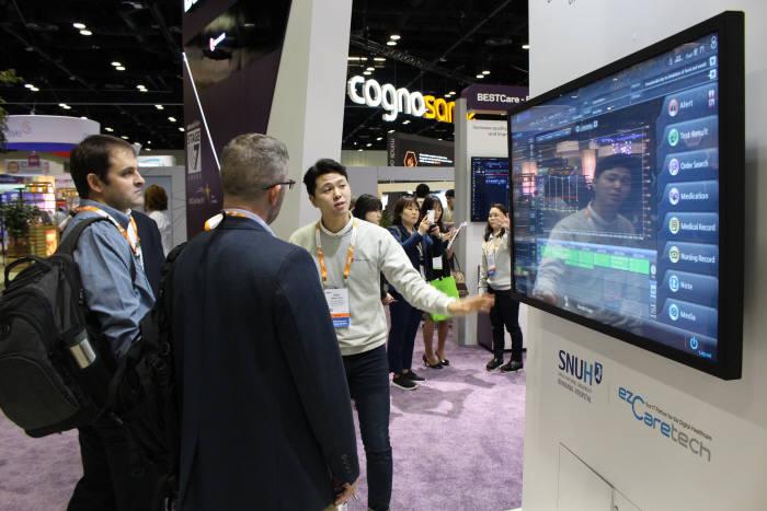 2월 미국 올랜도 오렌지 카운티 컨벤션센터에서 열린 HIMSS 아메리카 2019 행사장에서 이지케어텍 관계자가 해외 바이어를 대상으로 베스트케어 2.0 주요 기능을 설명하고 있다.