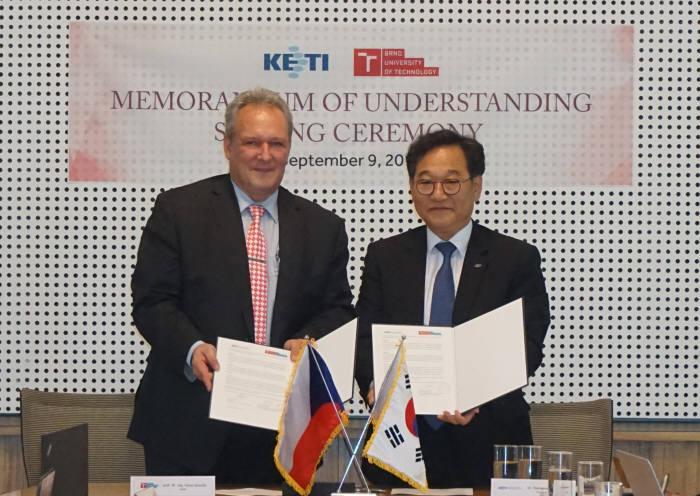 김영삼 KETI 원장(오른쪽)과 파벨 젬치크 체코 브로노공대학장.