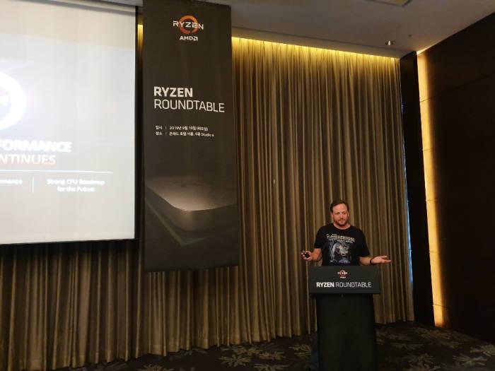 트래비스 커시 AMD 클라이언트 제품 총괄 디렉터가 10일 서울 콘래드 호텔에서 열린 기자회견에서 발표하고 있다. <사진=전자신문 DB>