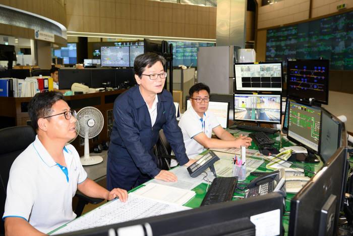 손병석 코레일 사장이 서울 철도교통관제센터를 방문해 특별수송대책을 점검하고 있다.