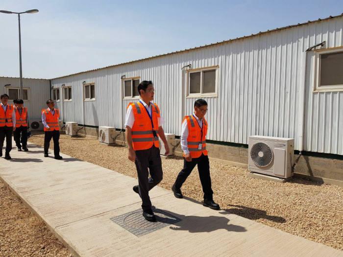 이재용 삼성전자 부회장이 15일 사우디아라비아 리야드 지하철 건설현장을 찾아 임직원을 격려했다.