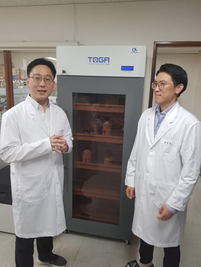 조정행 프로앱텍 대표(왼쪽)가 연구실에서 난치성 만성 통풍 임상 후보물질에 대해 설명하고 있다.