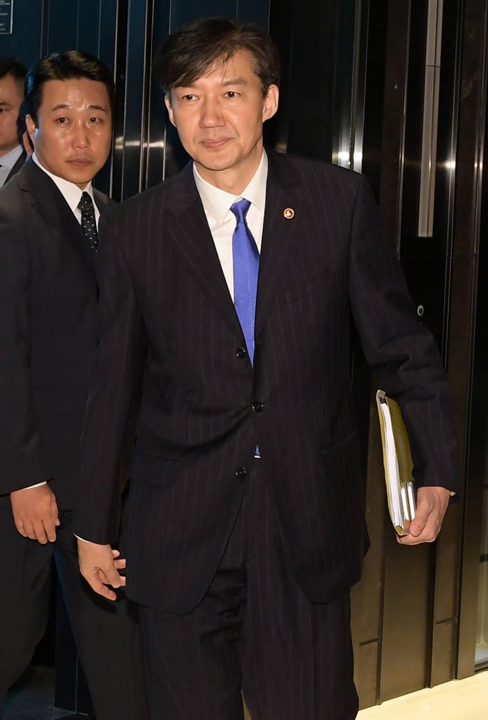 첫 공식 외부일정 나선 조국 장관