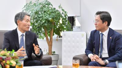 성윤모 산업부 장관-권오경 공학한림원 회장, 기술독립 위한 정책을 말하다