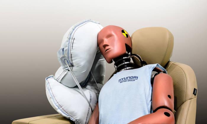 현대·기아차가 개발한 센터 사이드 에어백은 운전석과 조수석 승객 사이의 신체 충돌을 막아주고, 혼자 탑승한 경우에도 보조석 쪽의 측면 충돌로부터 운전자를 보호하는 기술이다.