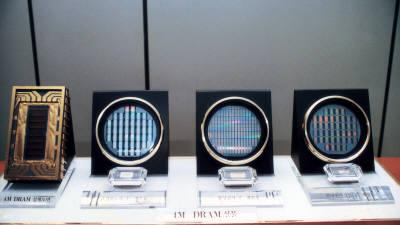 [추억의 ICT산업 사진전]1989년 4메가 D램과 설계도면