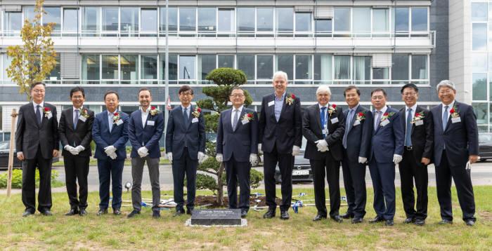 정몽원 한라그룹 회장(왼쪽 여섯 번째), 금창록 프랑크푸르트 총영사(왼쪽 다섯 번째), 알버트 비어만 현대기아차 연구개발본부장(왼쪽 일곱 번째), 탁일환 만도 사장(오른쪽 네 번째), 한스외르그 파이겔 만도 독일법인장(오른쪽 다섯 번째)이 만도 유럽 R&D 센터 개소 행사에서 기념촬영했다.