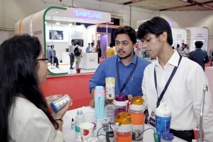 수출 상담회에서 한국 소비재 제품을 이야기하고 있는 인도 바이어 모습.