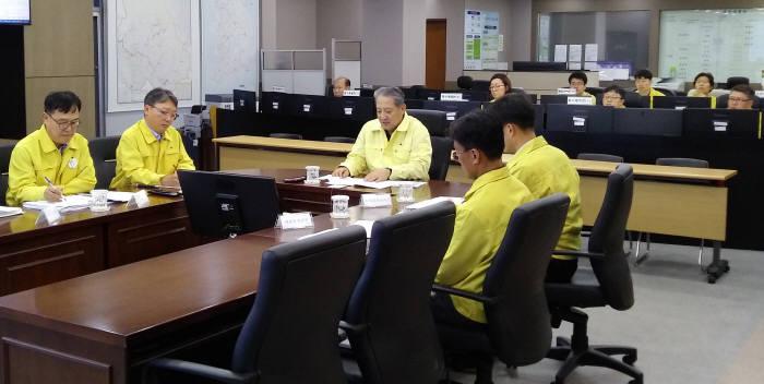박천규 환경부 차관(가운데)이 22일 한강홍수통제소에서 태풍 타파 대응 회의를 주재했다. [자료:환경부]
