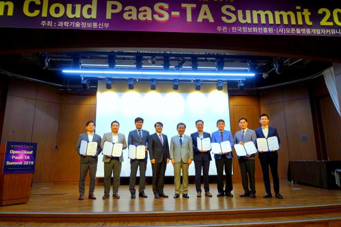문용식 한국정보화진흥원 원장(왼쪽 다섯번째)과 김명진 이노그리드 대표(왼쪽 두번째) 등 파스-타 전문기업으로 선정된 기업 관계자 등이 사진촬영을 하고 있다. 이노그리드 제공