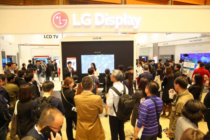 IMID 2018에서 관람객들이 LG디스플레이 부스를 관람하고 있다. (사진=한국디스플레이산업협회)
