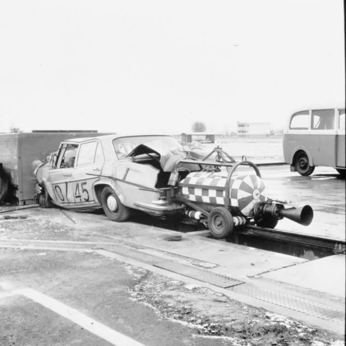 1962년 온수 로켓 구동 시스템을 적용한 메르세데스-벤츠 충돌 테스트 차량.