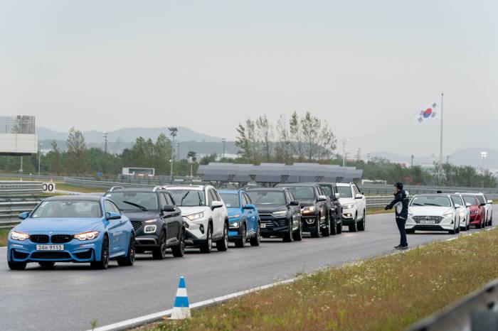 BMW 드라이빙센터에서 트랙 시승 중인 기자 평가단.