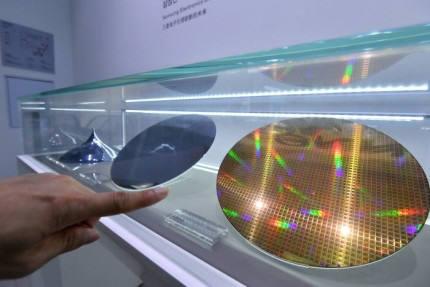 삼성전자 서초사옥에 전시된 웨이퍼. <전자신문DB>