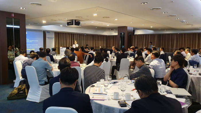 최근 서울 엘타워에서 개최된 2019 어드밴텍 코-크레이션(Co-Creation) 파트너 콘퍼런스에서 참석자가 어드밴텍과 파트너사 간 협업사례를 듣고있다.