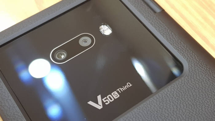 LG V50S 씽큐 후면 듀얼 카메라. 돌출부 없이 매끄러운 마감이 돋보인다.