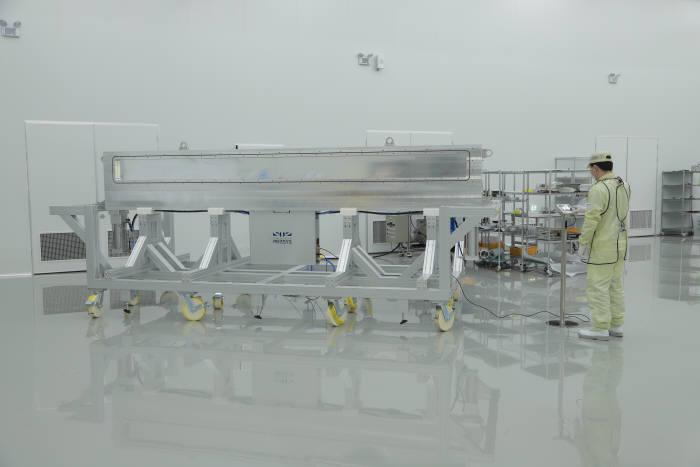 프리시스가 20년간 다져온 반도체용 초고진공밸브 기술을 바탕으로 11세대 OLED용 초고진공 밸브를 국산화하고 국내외 대형 FPD 시장 공략에 본격 나선다. 프리시스 엔지니어가 초고진공 밸브 옆에서 성능 테스트를 진행하고 있다.