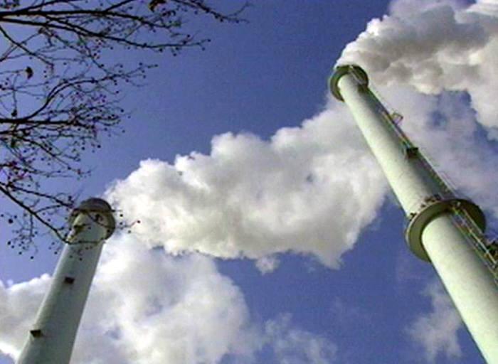 온실가스를 배출하는 공장 굴뚝.