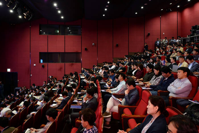 경기도 성남시가 7일 성남시 판교 글로벌R&D센터 대강당에서 300여명이 참석한 가운데 스마트시티 공개 세미나를 개최했다. 시민과 전문가가 경청하고 있다.