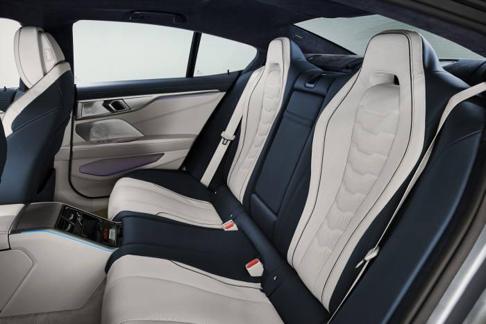 BMW 뉴 8시리즈 실내 2열 시트.