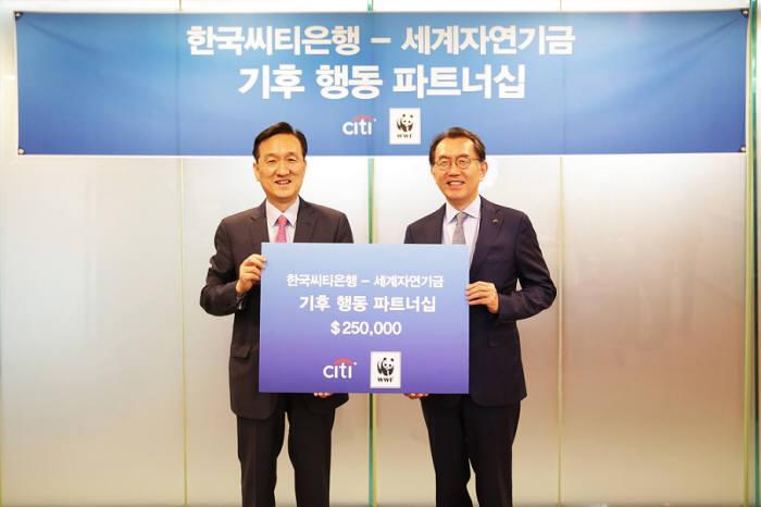 박진회 한국씨티은행장(오른쪽)과 손성환 WWF-Korea 이사장.